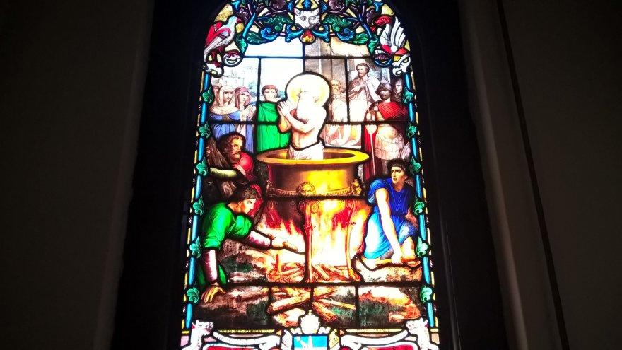 Pauliaus Jurkevičiaus nuotr./Bažnyčios viduje esantis vitražas
