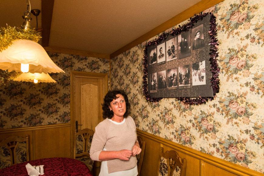 """Arkadijaus Babachino/Fotografas.co nuotr./Kavinės """"Kiubėtė"""" įkūrėja karaimė Ingrida Špakovskaja. Ant sienos – jos senelių ir tėvų nuotraukos"""
