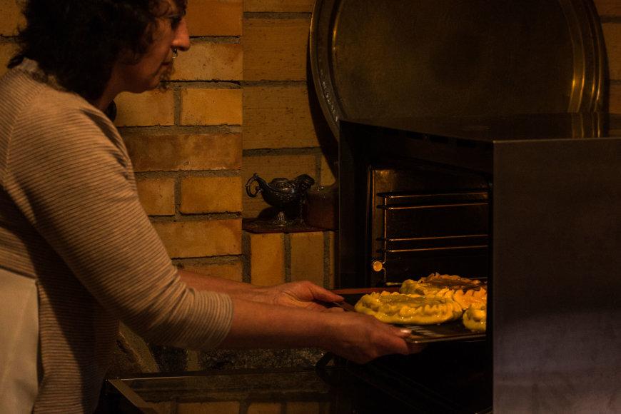 """Arkadijaus Babachino/Fotografas.co nuotr./Iš riebios tešlos su mėsos ar daržovių įdaru gaminamas kiubėtė – patiekalas """"du viename"""""""