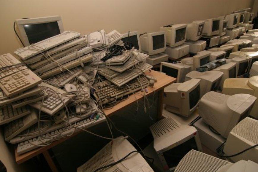 Aukciono metu išparduodamas nebenaudojamas savivaldybės turtas, pavyzdžiui, kompiuterių monitoriai ir klaviatūros.