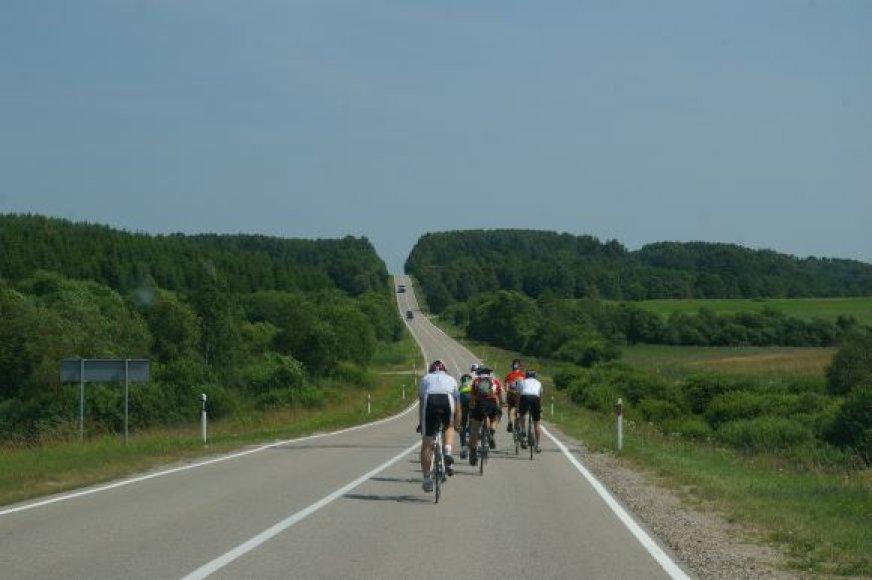 Žygio dviračiais dalyviai kelyje.