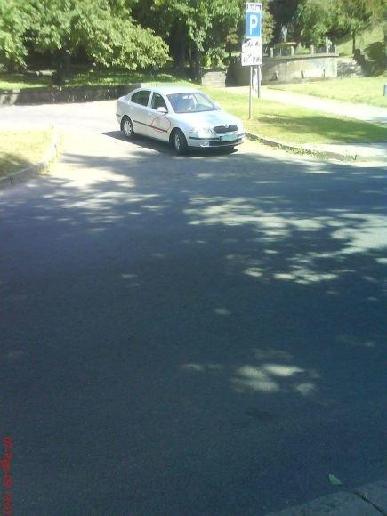 Skaitytojo užfiksuotas Kauno miesto savivaldybės automobilis iš aikštelės išvažiavo jau su užmaskuotais skiriamaisiais ženklais.