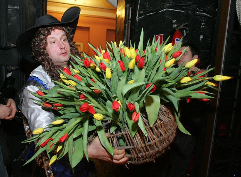 Konferencijos dalyvėms ir žiūrovėms floristas Modestas Vasiliauskas padovanojo specialų gėlių kūrinį