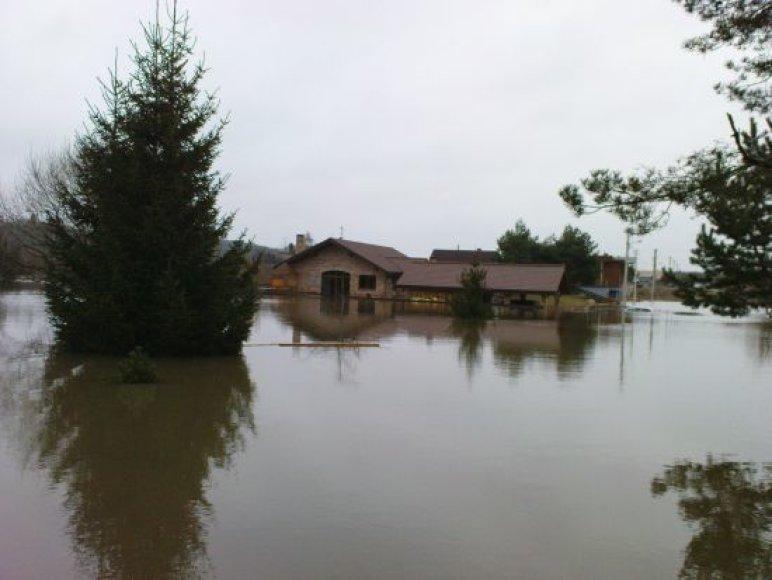 Patvinusios Neries vanduo Kaune apsėmė namus