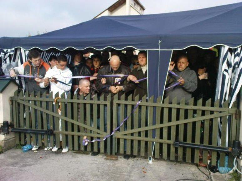 Protestuotojai apjuosė Venckų namus ir neišleido mergaitės su N.Venckiene išvažiuoti