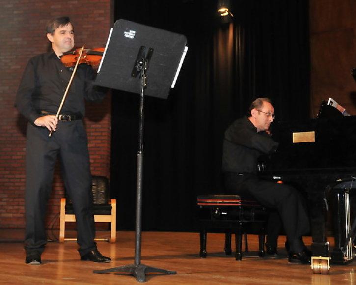 Smuikininkas Raimondas Butvila ir pianistas Zecharia Plavin.
