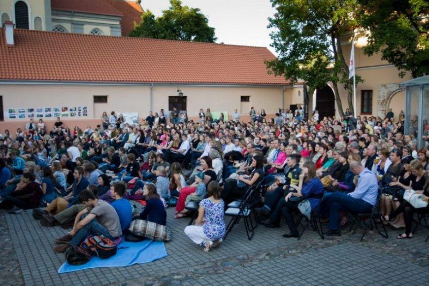 Senamiesčio žiogo koncertai sutraukia būrius dainuojamosios poezijos gerbėjų