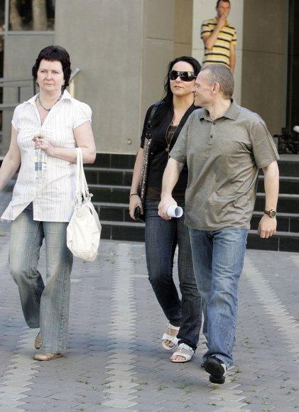 Tiesiai iš teismo salės į laisvę paleistą V.Labanauską pasitiko žmona ir dukra.