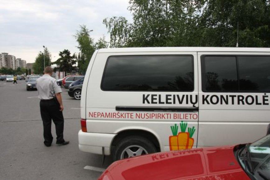 """""""Ekskomisarų biuro"""" kontrolieriai turi humoro jausmą – tai įrodo ant jų autobusiuko esantis piešinys – morkos, skirtos sugautiems """"zuikiams""""."""