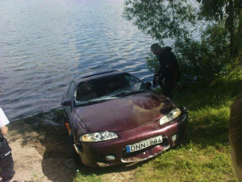 Iš Lampėdžių ežero ištraukta mašina