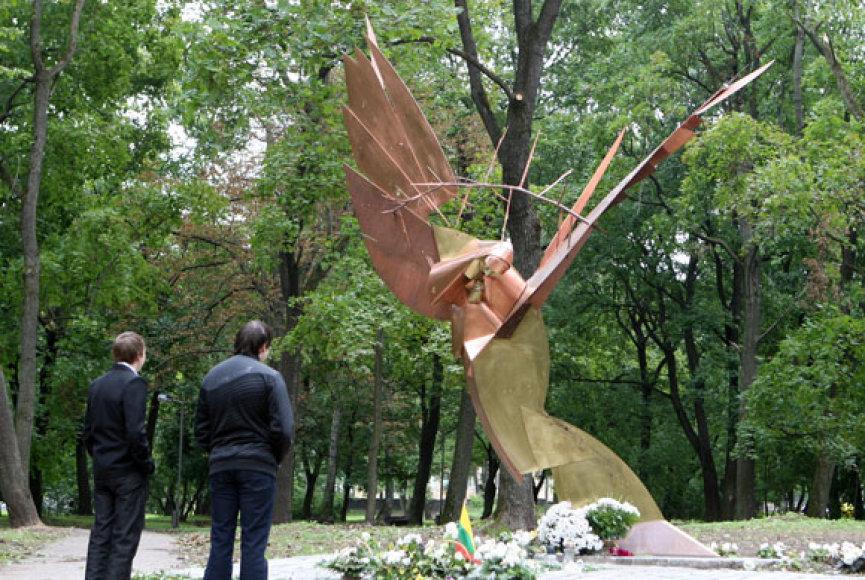 Metalo vagys pagrobė dvi naujosios skulptūros dalis. Abi jos masyvios: 1 ir 2 metrų.