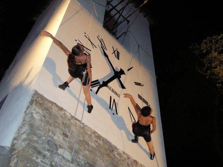 Vertikalus šokis, kurį parodys Italijos modernaus šokio atstovai.
