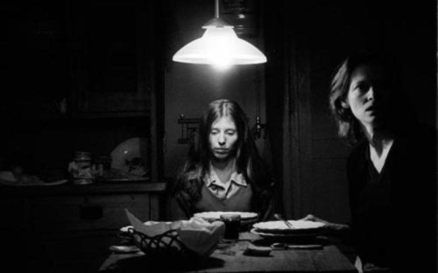 """Kadras iš B.Tarro filmo """"Žmogus iš Londono"""" su Tilda Swinton."""