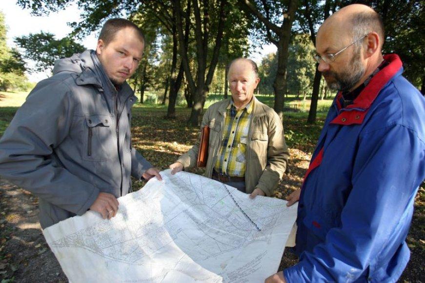 Ramučių bendruomenės nariai (iš kairės) P.Stankevičius, J.Franka ir Valdas Sakalauskas įsitikinę, kad planuojamas Ramučių vandentvarkos projektas yra nenaudingas ekonomiškai, be to, pavojingas aplinkai
