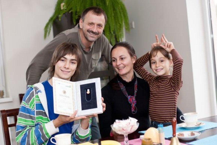 Bartaškos savo sūnumi labai didžiuojasi ir visuomet ne tik morališkai padeda rengtis naujiems konkursams