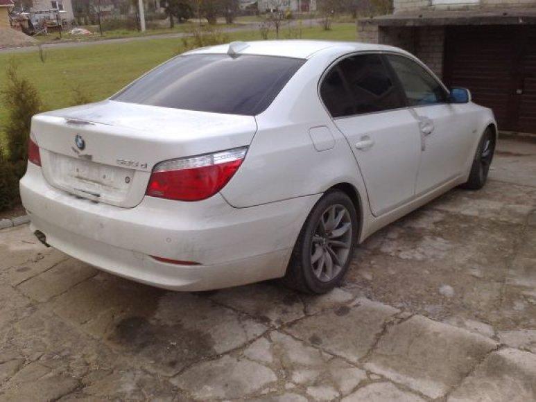 """Garažuose buvo rasti du 2009 metų laidos automobiliai """"BMW 5"""", kurie rugsėjį buvo pavogti Vokietijoje."""