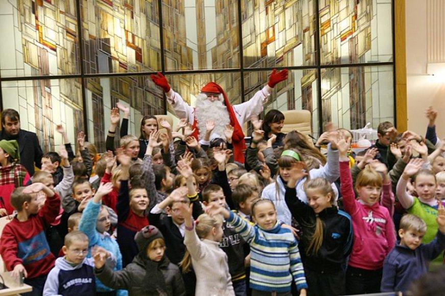 Tikrasis Kalėdų Senelis su vaikais