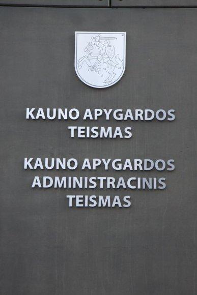 Prokurorai Kauno apygardos teismui perdavė baudžiamąją bylą, kurioje piktnaudžiavimu tarnybine padėtimi, dokumentų klastojimu ir didelės vertės turto iššvaistymu įtariami du Kauno miesto savivaldybės tarnautojai.