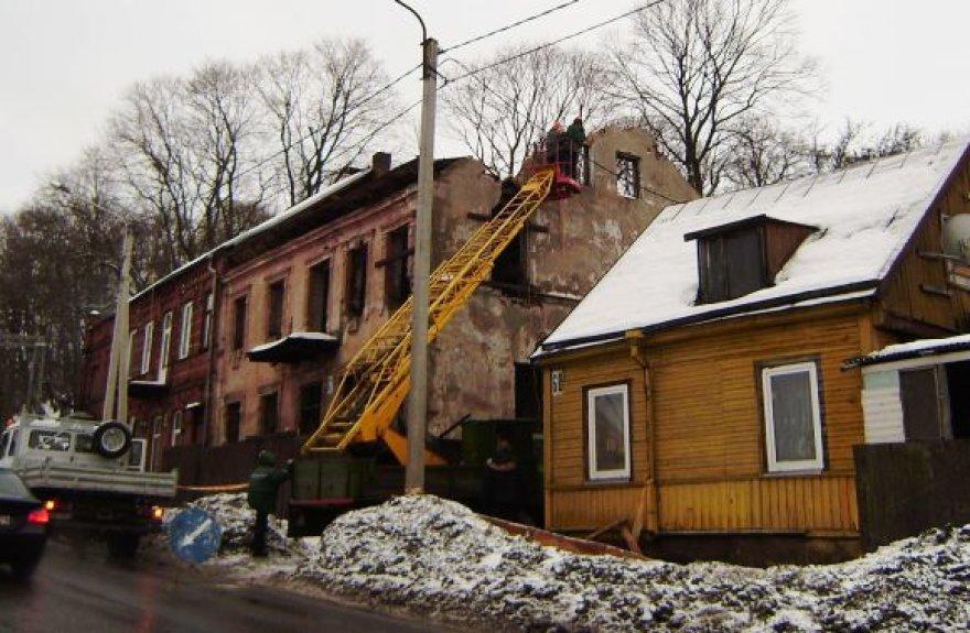 Aleksote, Veiverių gatvėje 62, esantis negyvenamas namas šiuo metu nekelia grėsmės aplinkiniams. Tačiau savininkės sutinka, kad kas nors jį nugriautų iki pirmojo aukšto.