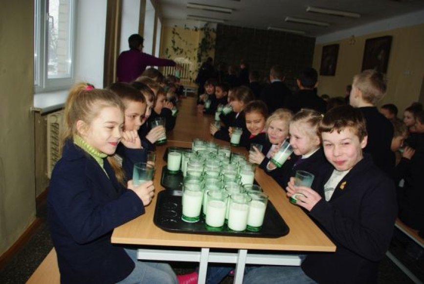Kauno rajono moksleiviai geria pieną