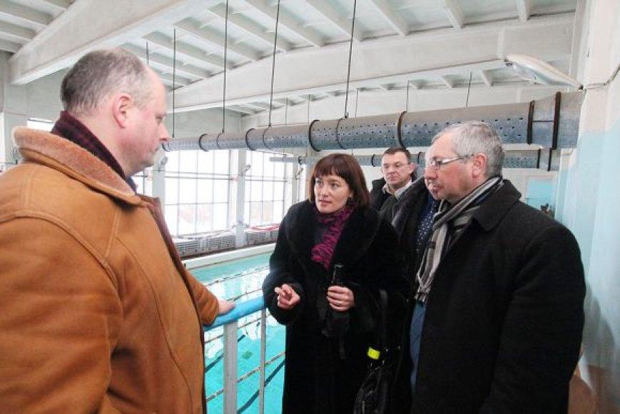 """Rekonstruojamame """"Vilijos"""" baseine apsilankė miesto savivaldybės atstovai."""