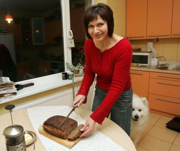 Savo kepta duona žurnalistė L.Pilipavičienė vaišina draugus, kolegas ir svečius.