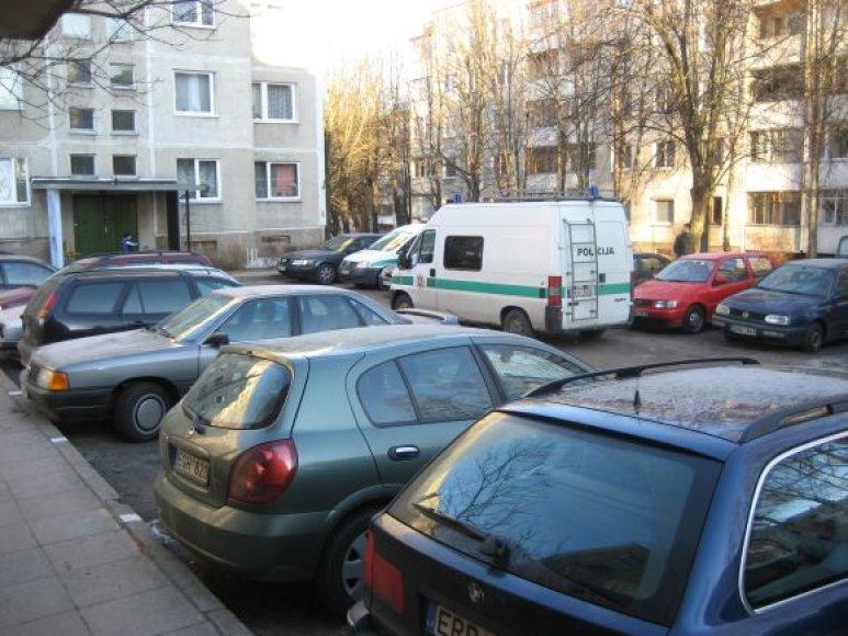P.Plechavičiaus gatvės kiemas, kuriame kažkas subadė automobilių padangas