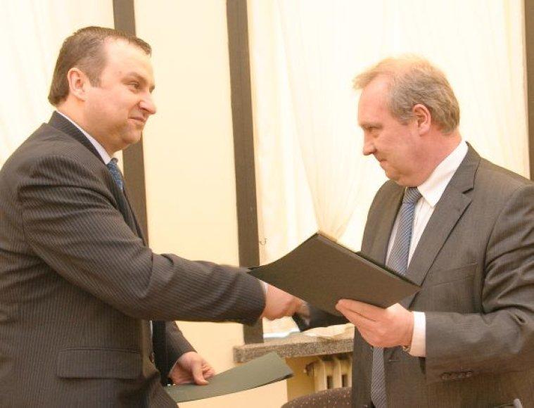 Vytautas Meistas (k.) ir Raimundas Šiaučiūnas pasirašo sutartį.