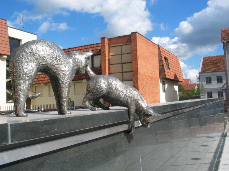"""Asociacijos """"Marijampoliečiai"""" nuotr./Marijampolės krikštamote vadintos P.Butlerienės meilę katėms įamžino skulptūros"""