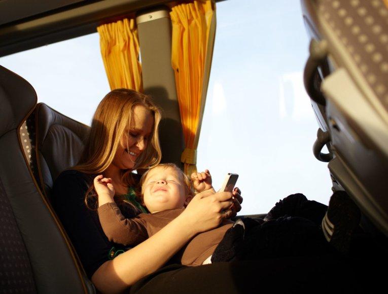 123rf.com /Mama su kūdikiu autobuse
