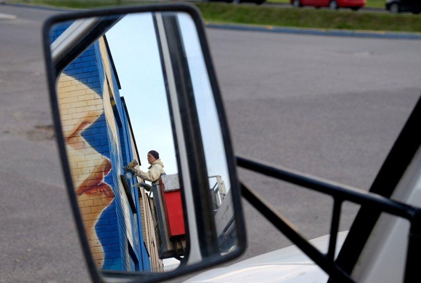 """Ričardo Grigo nuotr./Ant apleisto pastato Kaišiadoryse piešiamas kūrinys """"Bučinys"""""""