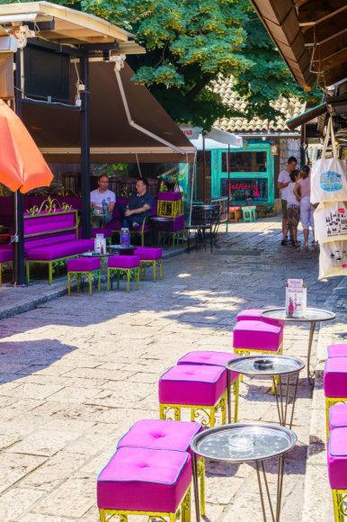 123rf.com nuotr./Tipiškas vaizdas Sarajeve vasarą – nedidelė lauko kavinė