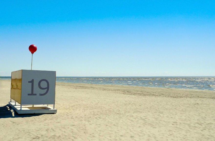 123rf.com/Parnu paplūdimyje esanti persirengimo kabina ankstyvą pavasarį