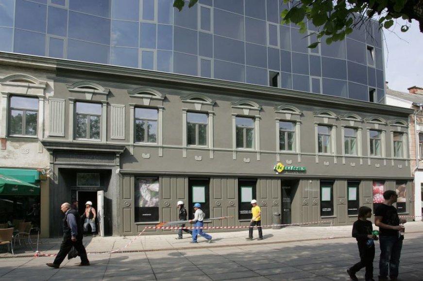 Laisvės alėjos 90-uoju numeriu pažymėtas pastatas tapo tikra miesto įžymybe. Nuo penktadienio matyti, kokia spalva bus nudažyta visa pastato apačia.