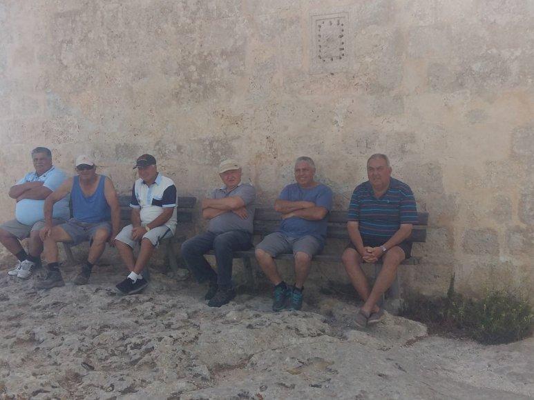Autorės nuotr./Vietiniai vyrai daug ilsisi