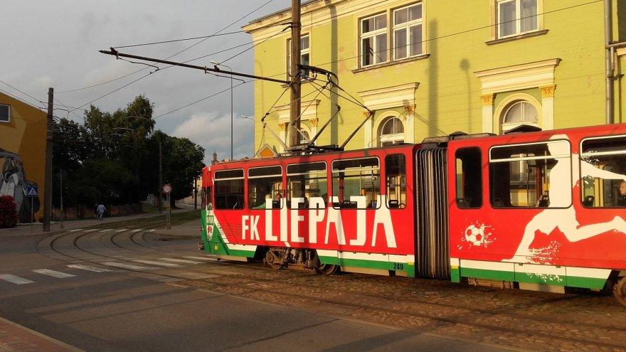 Vaido Mikaičio nuotr./Tramvajus, išmargintas Liepojos futbolo komandos spalvomis