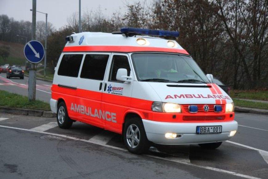 Susižeidusį užsienietį į oro uostą gabeno privačios greitosios automobilis, mat Vilniaus greitoji medicinos pagalbos stotis neturėjo reikiamų leidimų privažiuoti prie pat lėktuvo.