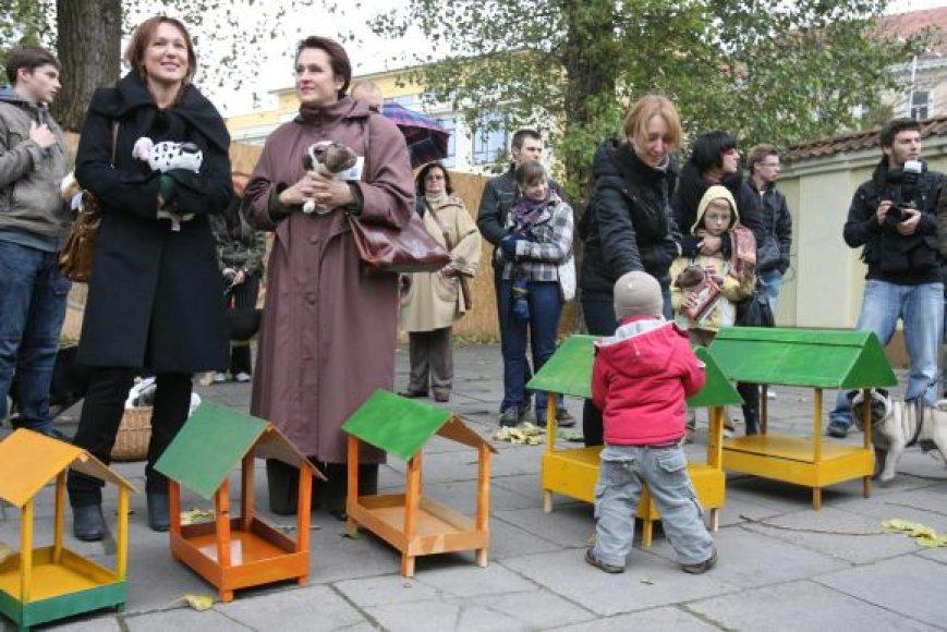 Artimiausiu metu bent aštuoniose Vilniaus vietose turėtų atsirasti štai tokios šėryklos, skirtos maitinti beglobes kates.