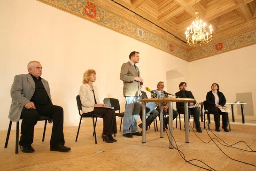 Valdovų rūmų vadovai surengė spaudos konferenciją, kurioje bandė pateisinti esamą darbuotojų skaičių