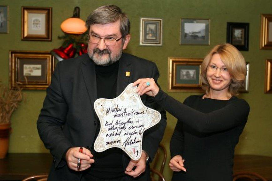 Kalėdinį palinkėjimą, kuris bus kabinamas ant Rotušės aikštėje stovėsiančios eglės, parašė ir Vilniaus vicemeras Gintautas Babravičius.