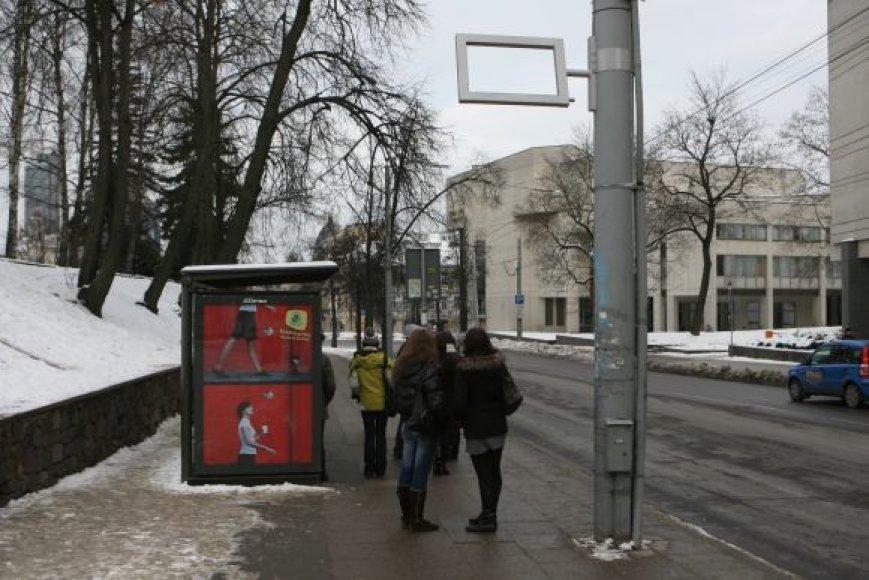 Daugumoje Vilniaus stotelių šiuo metu kabo tik švieslenčių rėmai, o pačios švieslentės guli sandėliuose ir laukia šiltesnio oro.