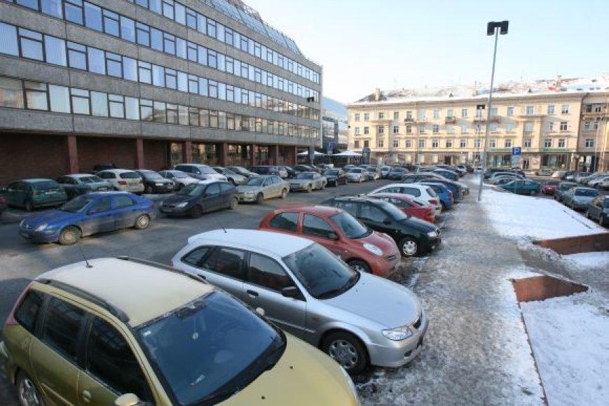 Vargu ar Vilniuje šiemet bus pradėta statyti bent viena savivaldybės planuojama daugiaaukštė aikštelė, todėl vairuotojams, ieškantiems, kur palikti automobilį miesto centre, teks pasukti galvą.