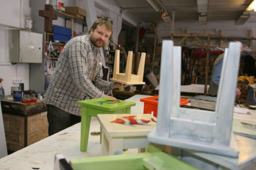 """Bendrovės """"Menų kalvė"""" vadovas Donatas Šimukonis sakė šiemet mugėje pardavinėsiantis originalias kėdutes, kurios pernai sulaukė daug dėmesio."""