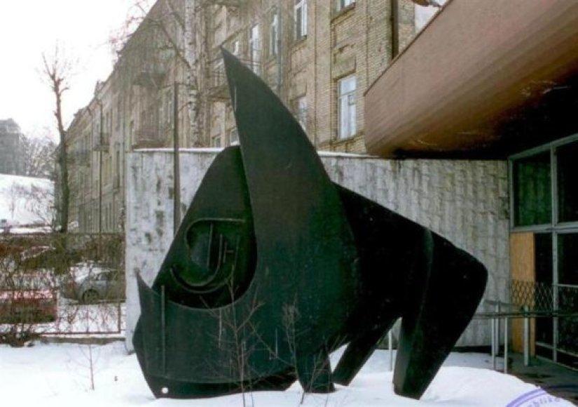 """S.Šarapovo skulptūra """"Tauras"""" ilgus metus stovėjo prie sovietmečiu garsaus restorano """"Tauro ragas"""". Šiuo metu rekonstruojama skulptūra, su naujųjų restorano šeimininkų sutikimu keliaus į netoli Vilniaus esantį skulptūrų parką, priklausantį sostinės vicemerui V.Martikoniui."""