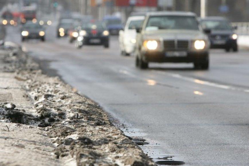 Didžiausią grėsmę oro užterštumui turi iš po žiemos gatvių pakraščiuose likęs purvas ir druskos.