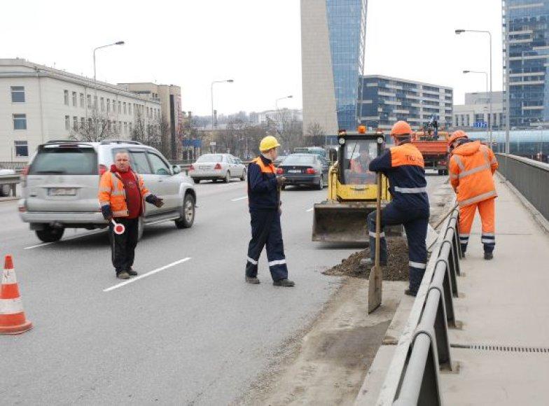 Vilniuje prieš Velykas suskubta tvarkytis – gatvėse ir ant tiltų valomi nuo žiemos užsilikę teršalai.