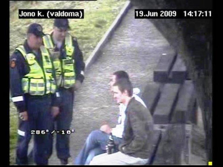 Klaipėdoje viešumoje alkoholį gurkšnojančius žmones fiksuoja filmavimo kameros.