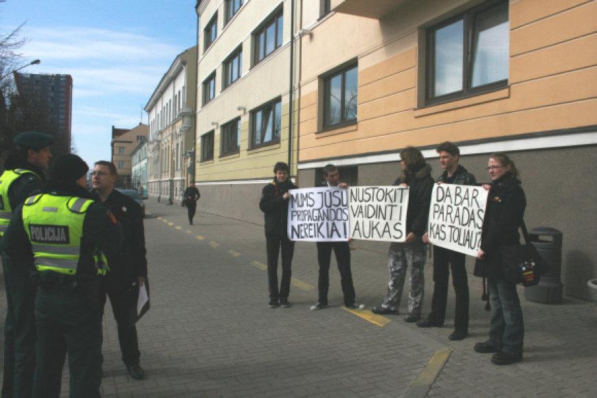 Jaunieji klaipėdiečiai protestavo prieš gėjų eitynes.