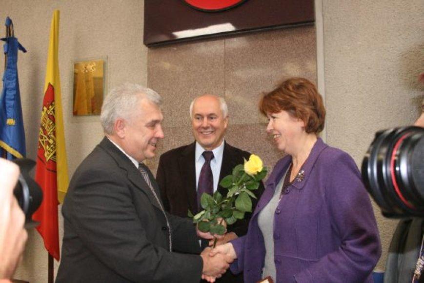 Tarp geriausių darbuotojų – Socialinio būsto skyriaus vedėja D.Netikšienė. 2010 m. spalio 11 d.