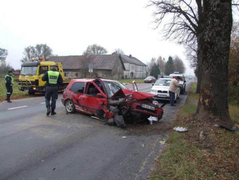 Automobilis trenkėsi į medį.